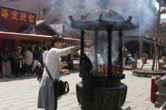 Vrouw bij tempel in Taipei